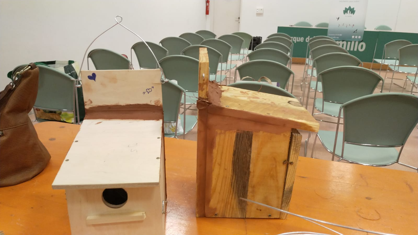 Cajas construida por los voluntarios de la Asociación Ecourbe.
